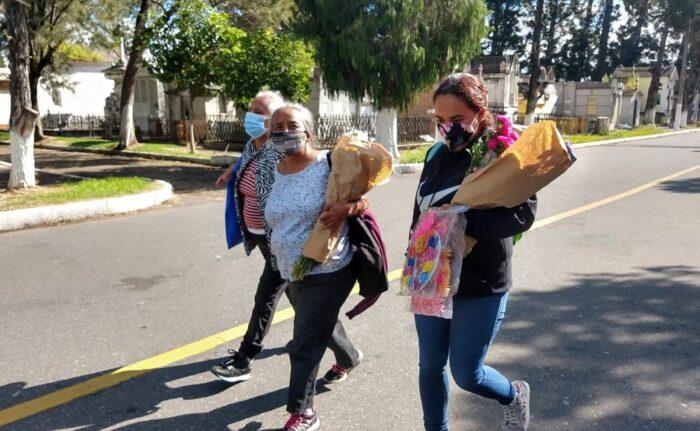 Guatemaltecos aprovechan para visitar el Cementerio General