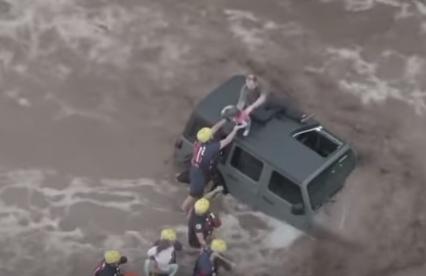 Impactante rescate de un padre y sus hijas, atrapados en inundaciones