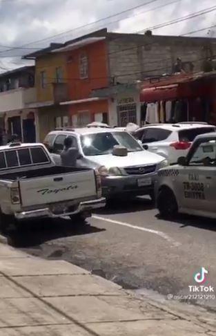 Destruyen vehículo de anciano por conducir contra la vía (VIDEO)